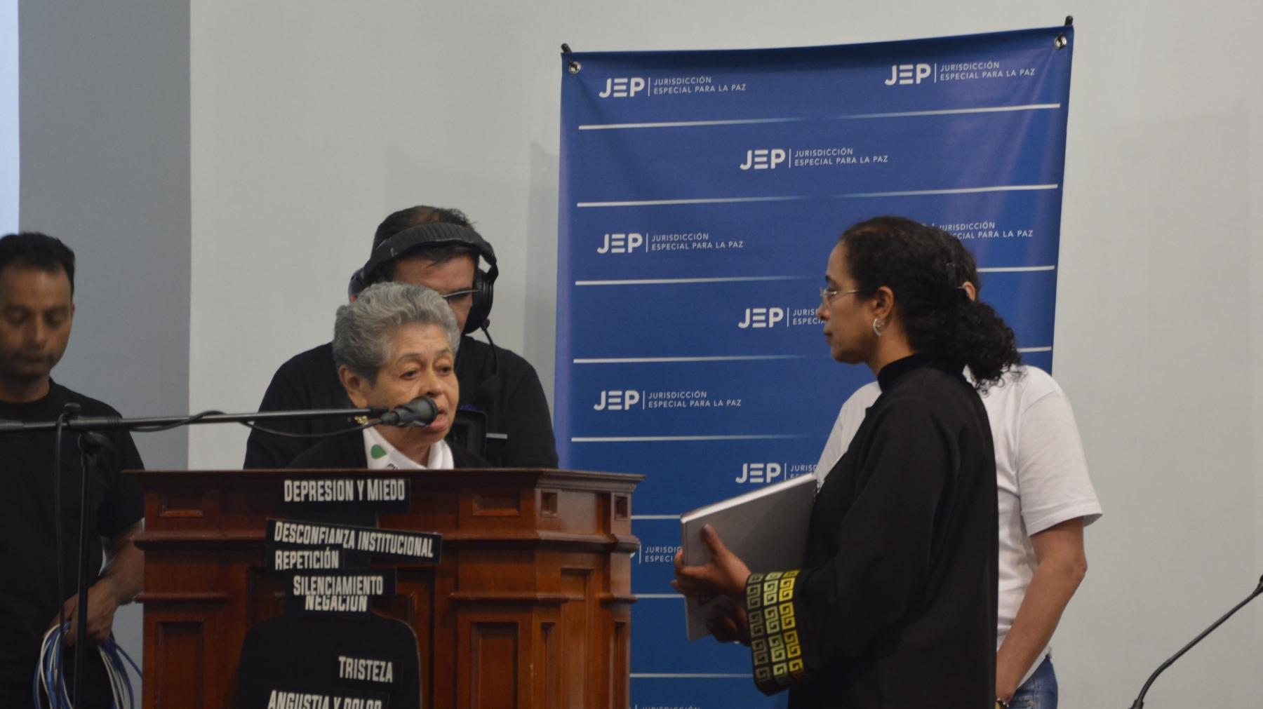 Acto de entrega de libro con nombres de las personas desaparecidas